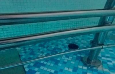 16歲小哥潛游泳池底 「慘遭金屬桿卡死手臂」救生員賣命救…拉起藍色屍!