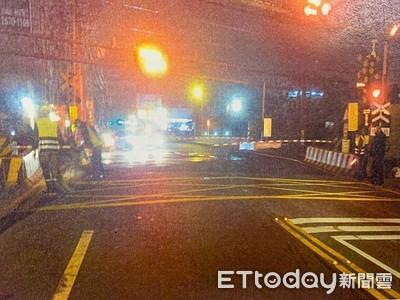 三寶酒駕自撞平交道水泥護欄 他下車急報警!路人幫推車解危