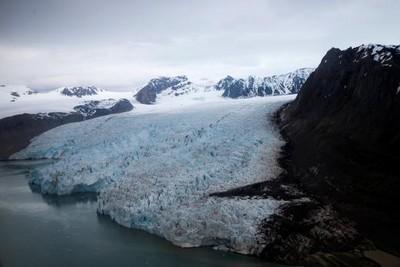 中國冰川凍住「28組未知病毒」! 研究人員「鋸冰芯」:冰層融化恐釋放