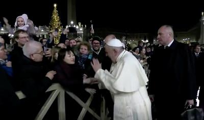 亞裔女「暴力拉手」教宗打手反擊 隔天脫稿道歉:對女性施暴是對神的褻瀆