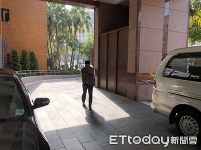 台北知名火鍋老闆「持刀逼簽本票」 警到場沒進來他嚇呆:寧賠百萬急搬家