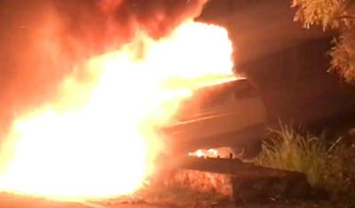 宜蘭驚傳汽、機車相撞!汽車起火「燒成廢鐵」…兄弟檔緊急送醫