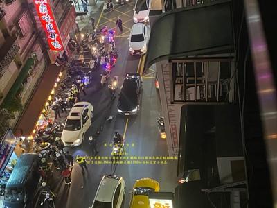 快訊/蘆洲30人街頭持刀尋仇 警方難以控制場面!趕緊連開2槍請求支援