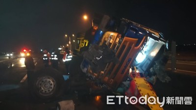 快訊/西濱快速公路白水湖交流道口 聯結車翻覆駕駛無呼吸心跳