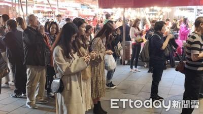 看情侶過新年走春好辛酸!脫魯必拜神廟在台北…不服來戰