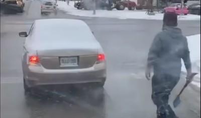 行車糾紛!粗獷男「拿雪鏟」逼近前車 結局神反轉網狂讚:有種禮貌叫加拿大人