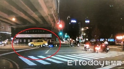 驚悚畫面…騎士飛得比車高!他紅燈「嚕」到路中間 遭小黃、重機接連撞