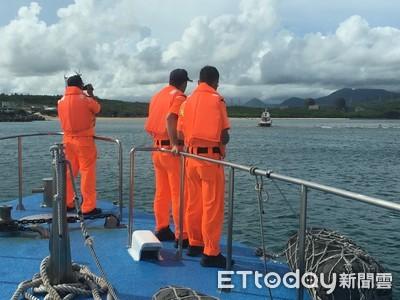 恆春娛樂船擱淺! 海巡火速馳援 20潛水客接駁上岸